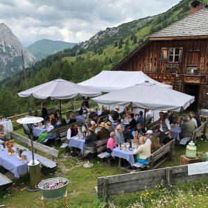 Sinnesfreunde Catering München Aperitif Bayrisch Privat Jubiläum Berge Dekoration