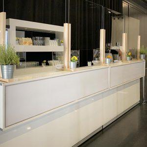 Plexiglas-Trennscheiben an der Bar Firmenevent mit Corona / COVID-19 Hygienekonzept SINNESFREUNDE Catering München