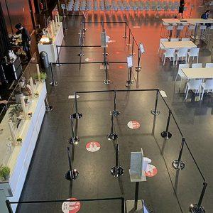 Abstandstrenner für Büffet und Bar weitläufige Bestuhlung Firmenevent mit Corona / COVID-19 Hygienekonzept SINNESFREUNDE Catering München