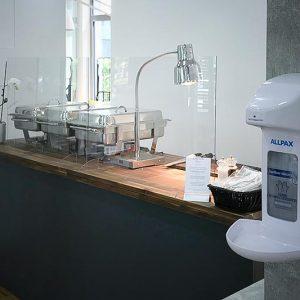 BBusiness-Lunch-Büffet mit Hand-Desinfektion und Plexiglas-Scheiben Firmenevent – Corona / COVID-19 Hygienekonzept SINNESFREUNDE Catering München