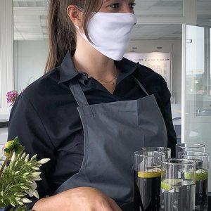 Service-Kraft mit Mund-Nasenschutz-Maske - Corona / COVID-19 Hygienekonzept SINNESFREUNDE Catering München