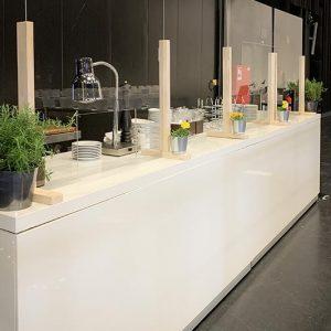 PPlexiglas-Trennscheiben am Büffet Firmenevent mit Corona / COVID-19 Hygienekonzept SINNESFREUNDE Catering München