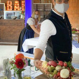 Service-Mitarbeiter mit Mund-Nasenschutz-Maske Bayerisches Baustellen- / Richtfest-Catering SINNESFREUNDE München